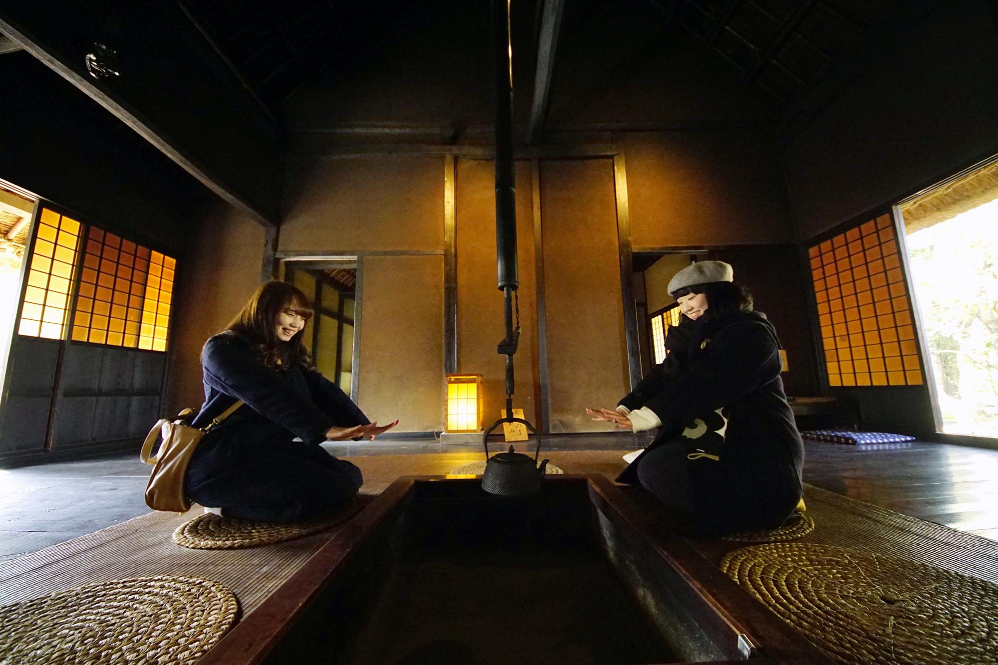 光と囲炉裏がつくる暖かな空間