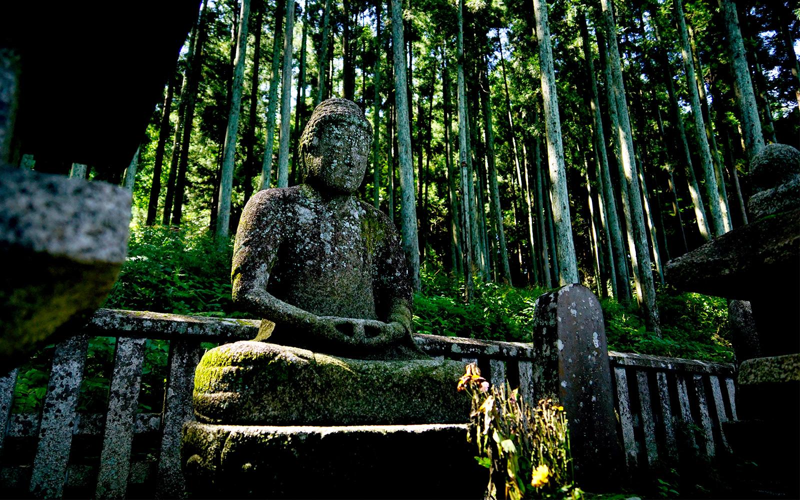 【学生ライター】10体の石像が並ぶ「片倉家廟所」