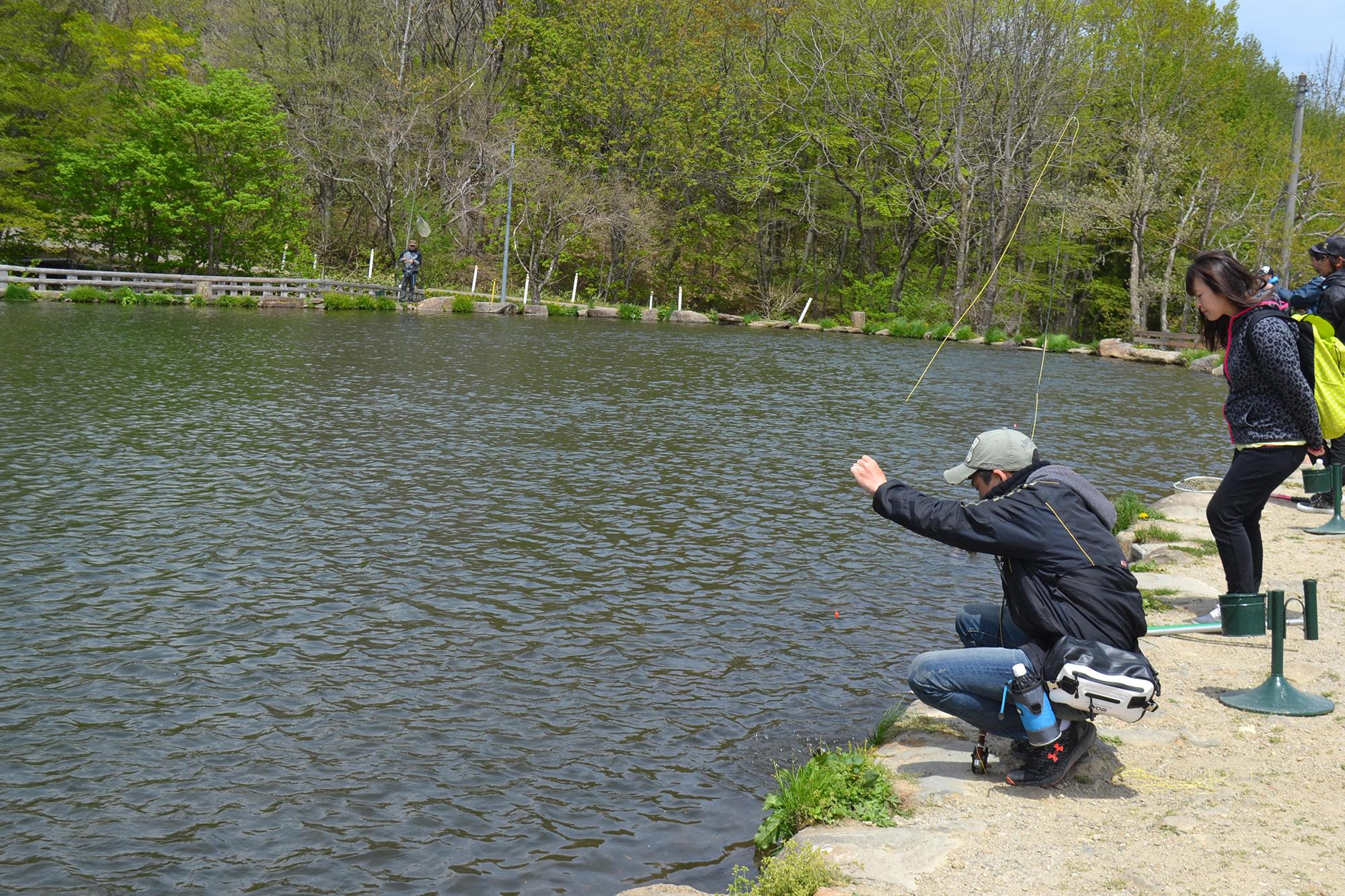 大きな池で釣り体験!