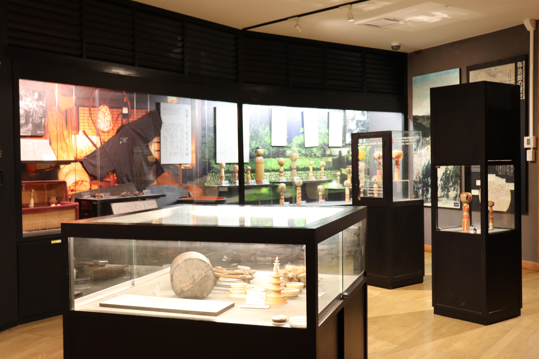 1階には様々なこけしが見れる『展示室』